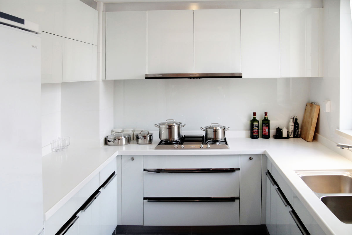 现代简约时尚的设计体现出经济、实用、舒适的文化品味,因此许多人喜欢简约风格,符合现代人的生活品质,今天就向大家介绍一下现代简约风格厨房的特点以及设计说明。    一、现代简约厨房的特点   1、形式简洁现代简约风格厨房主要的特点是形式上的简洁,表现方式为简单直线的设计,横平竖直,没有不必要的装饰线条,用直线强调空间感。直线型设计给人舒适、清爽的感受,使得下班后的主人身心舒畅,减轻疲劳。   2、功能实用简约厨房不是说对厨房的实用功能让步,既然是简约风格厨房,则在设计中就要摒弃所有不必要的繁文缛节,留下